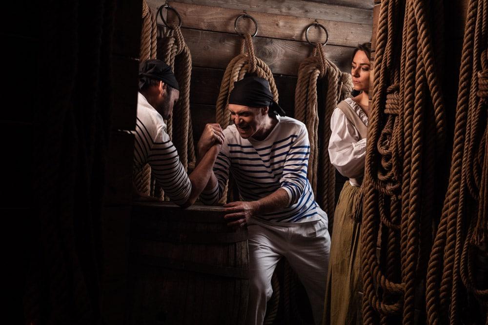 Les marins se retrouvent à la taverne de Marseille. Engagez-vous dans l'équipage du plus téméraire des Forbin. Aux côtés de cet aventurier plein d'audace, sillonnez les mers et les villes portuaires, combattez les flottes anglaises et revivez l'histoire d'un homme hors du commun. Au cœur du château de La Barben, Rocher Mistral vous propose un spectacle historique haletant à découvrir en famille. Revivez les grands épisodes de la vie héroïque de ce marin dont l'empreinte marque encore la marine française. Forbin et la Marine Royale vous embarque pour un voyage inédit aux confins de l'histoire de France et de Provence.