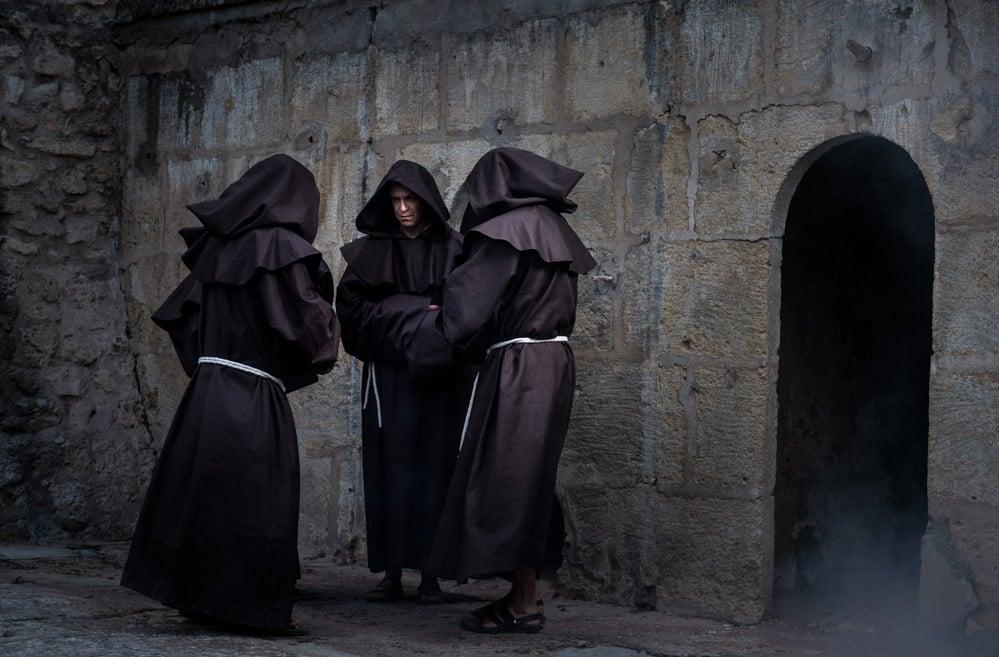 Les moines se rassemble dans un moment de prière. Dans les ruines médiévales du château de La Barben, partez à la rencontre de Bénezet et découvrez une vie hors du commun, faite de batailles, de malheurs et d'une rédemption. Alors que commence un nouveau millénaire, plongez dans la France médiévale, dans ses bouleversements et dans le siècle d'or de l'Abbaye Saint-Victor de Marseille. Laissez-vous conter l'histoire de la Provence du Moyen- âge, des nombreuses batailles menées par le comte de Provence à la Trêve de Dieu imposée aux seigneurs par le roi Robert II le Pieux et l'Eglise. Pierre après pierre, contemplez l'œuvre sans pareille des moines bâtisseurs pour rendre la paix au sud de la France.