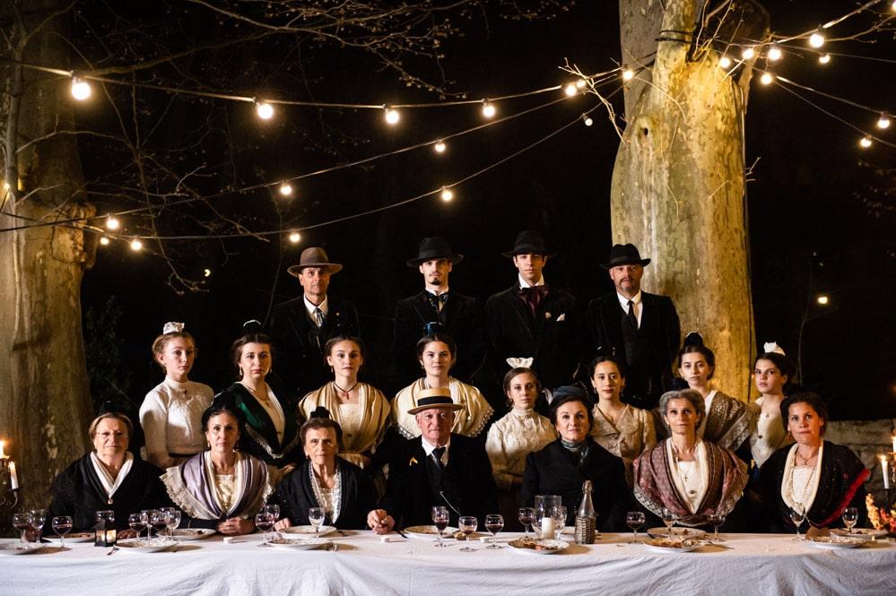 Famille arlésienne du début du XXe siècle qui attend l'ouverture de la billetterie du Rocher Mistral pour faire ses réservations et prendre ses places.