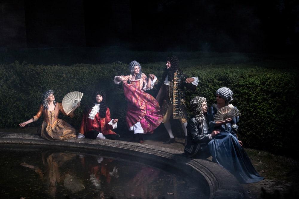 Le bal des nobles au château de La Barben. Il est un lieu qui tire la nature de sa léthargie, un lieu enveloppé de mystère, appelé à être le théâtre d'un spectacle envoûtant. Il est un jardin, au pied d'un château millénaire, où germent au soir des allées de buis et des parterres en fleurs. C'est là qu'André Le Nôtre, jardinier de Versailles, inspire à la nature une création nouvelle, baignée de musique et de mille lumières. Alors reviennent à la vie les Muses antiques, la famille de Forbin et les grandes maisons du sud de la France. Sous la baguette délicate du jardinier du Roi, au rythme d'une triomphale symphonie, assistez à la nuit la plus féerique des jardins de La Barben.