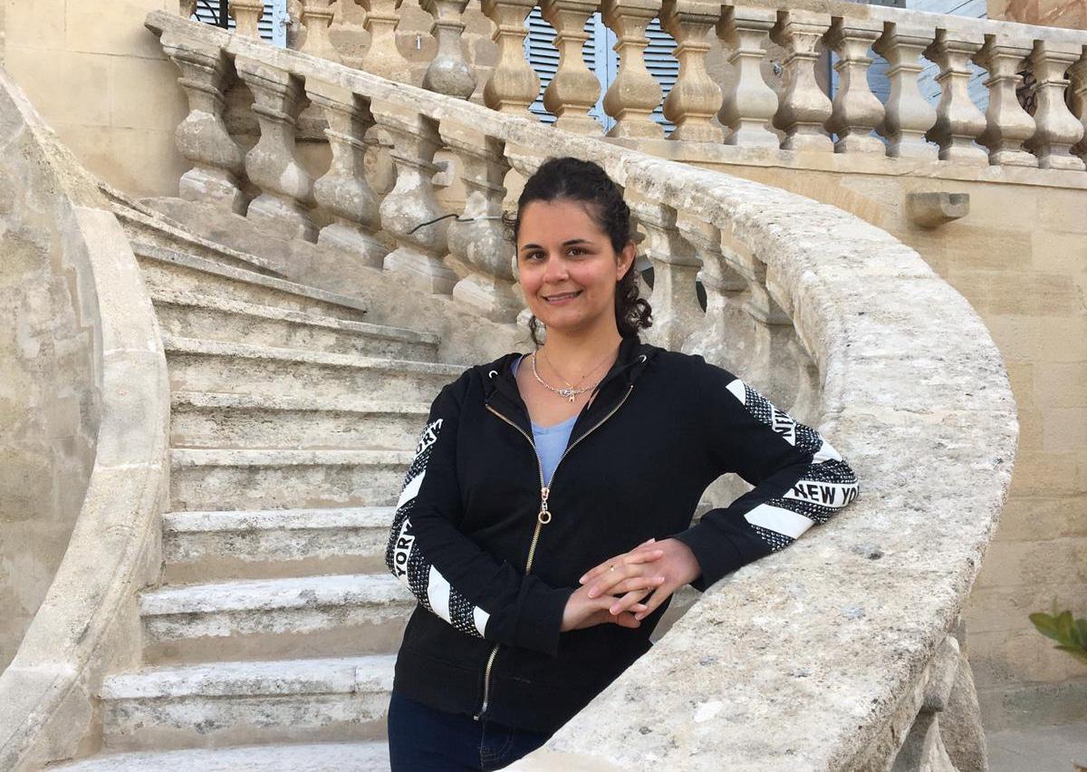 Cindy, conductrice de chantier sur le Monument historique au Rocher Mistral, au château de La Barben, en Provence. Elle est au coeur du projet patrimonial du Rocher Mistral.