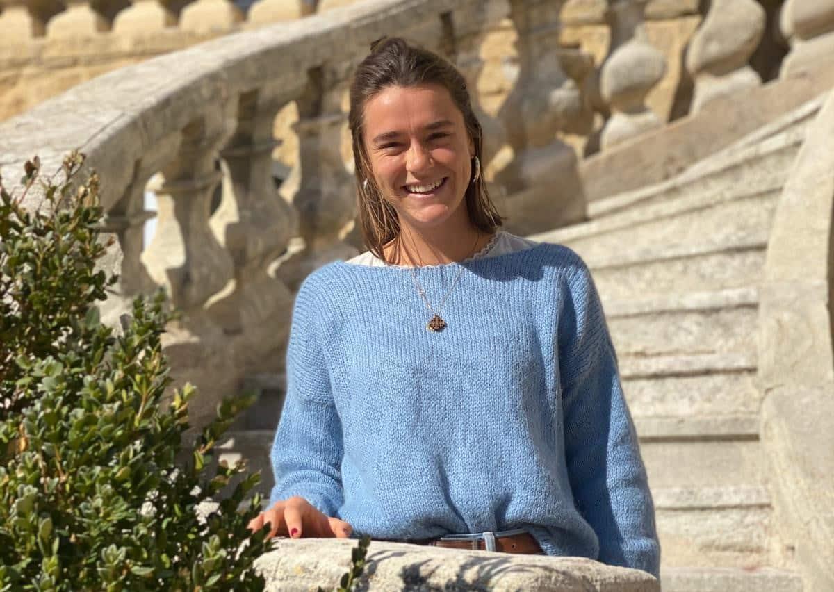 Marguerite, assistante de production pour les spectacles du Rocher Mistral, au château de La Barben, en Provence. Son travail d'assistante de production est autant un travail de décoratrice, d'accessoiriste que de création des spectacles et gestion des équipes.