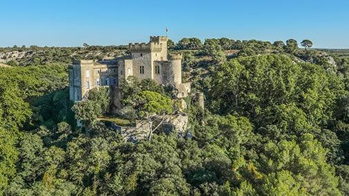 Vue aérienne du château de La Barben. Le parc Rocher Mistral se situe dans le petit village de La Barben. Il se développe dans un domaine et une nature uniques autour du château de La Barben. Au cœur des Bouches-du-Rhône et à proximité du Zoo de La Barben, il fait la part belle à l'histoire et au patrimoine de Provence. A quelques kilomètres du Luberon et des Alpes-de-Haute-Provence, du Vaucluse et du Var, le parc Rocher Mistral est le lieu idéal pour une visite de la Provence, en vacances et en famille.