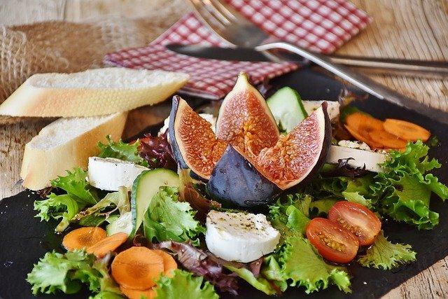 Venez déguster des planches gourmandes dans le marché provençal